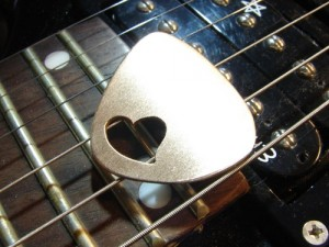 love_bronze_guitar_pick_in_bronze_with_special_heart__d77ee8b2